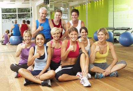 fitness hombres: Retrato del grupo de la gimnasia Miembros en Ejercicios Clase