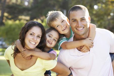 familias unidas: Familia que se relaja en el parque de verano