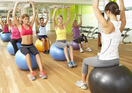 Las mujeres que participan en Gym Fitness Class
