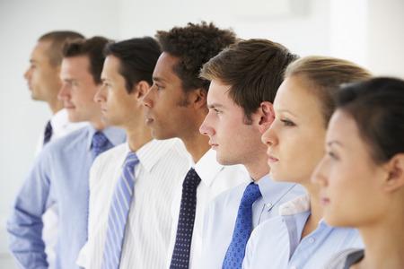 personas mirando: L�nea de hombres de negocios Mirando hacia el futuro Foto de archivo