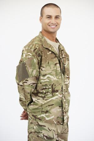 soldado: Retrato del estudio del soldado vestido con uniforme Foto de archivo