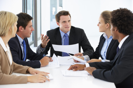reuniones empresariales: Grupo de hombres de negocios que tienen reuni�n en la oficina