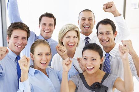 행복과 긍정적 인 비즈니스 사람들의 상승 된보기