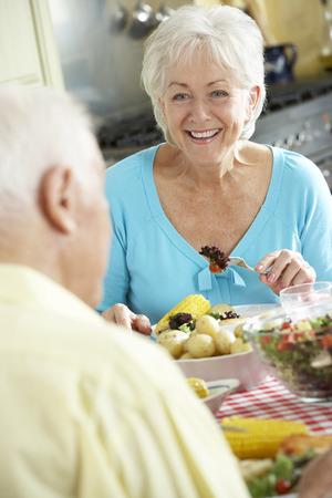 Ältere Paare, die Mahlzeit zusammen in der Küche