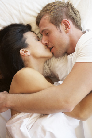 couples amour: Couple Passionn� Embrasser In Bed Banque d'images