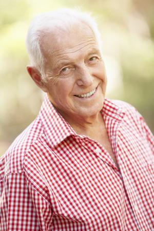 Al aire libre Retrato de feliz hombre mayor Foto de archivo - 42251311