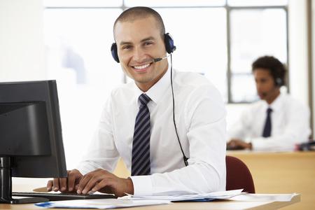Friendly Service Agent gesprek met de klant In Call Centre Stockfoto