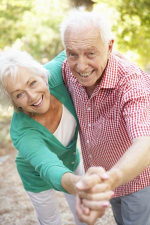 Anziano coppia di ballo in campagna insieme