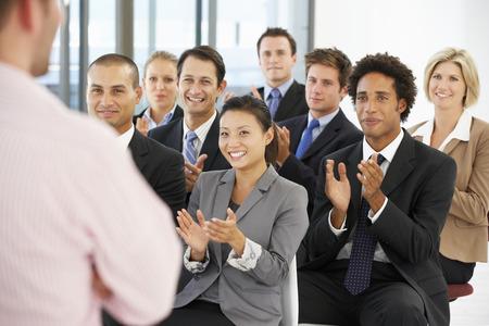 aplaudiendo: Grupo de hombres de negocios Aplaudir ponente en el final de una presentación