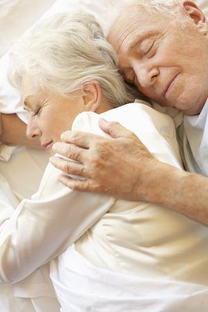 pareja durmiendo: Mayor que duerme pareja en la cama