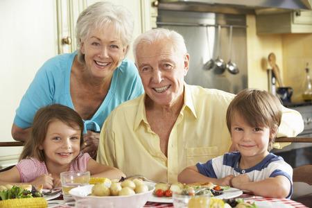 comidas saludables: Abuelos y nietos Comer comida junto en cocina