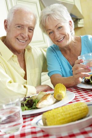 부엌에서 함께 식사를 먹는 수석 커플