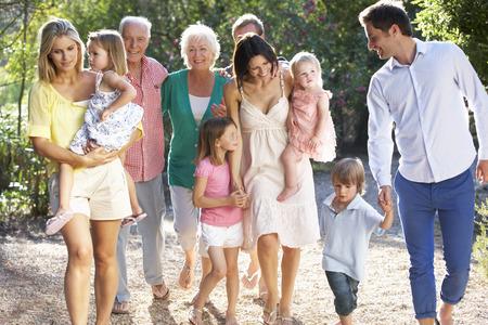 一緒に田舎の散歩の 3 世代家族