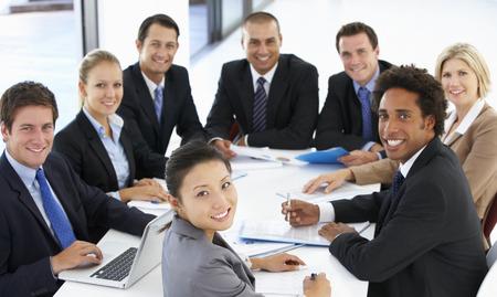 Stående för affärsfolk ha möte i Office Stockfoto