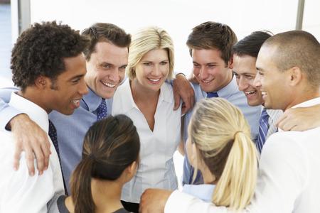 Close-up van mensen uit het bedrijfsleven feliciteren elkaar In Team Building Exercise