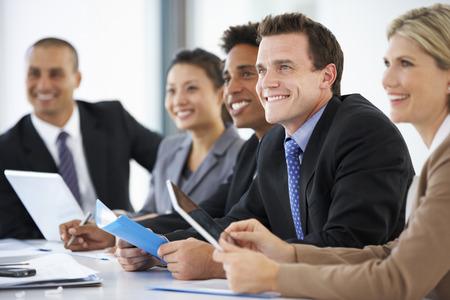 reuniones empresariales: Grupo de hombres de negocios que escucha el colega Abordar Reunión Oficina
