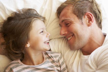 父と娘のベッドでくつろいで