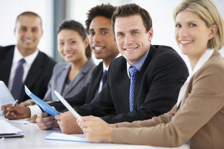 empleado de oficina: Retrato De Hombre Ejecutivo Asistir Reuni�n oficina con los colegas