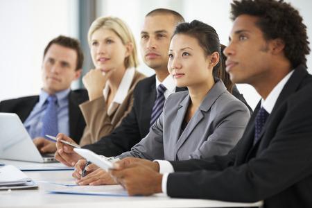 groups of people: Grupo de hombres de negocios que escucha el colega Abordar Reunión Oficina