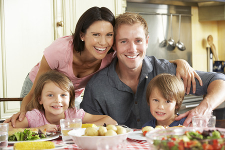 Famille Manger repas ensemble dans la cuisine Banque d'images - 42252628