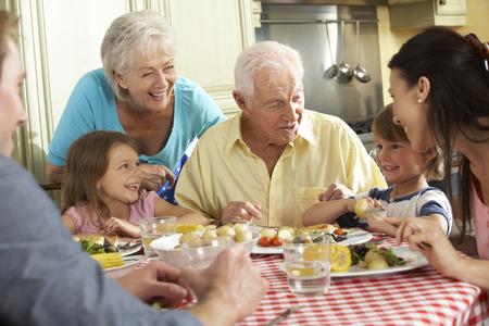 부엌에서 함께 멀티 세대 가족 식사 식사 스톡 콘텐츠