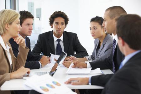 reuniones empresariales: Grupo de hombres de negocios que tienen reunión en la oficina