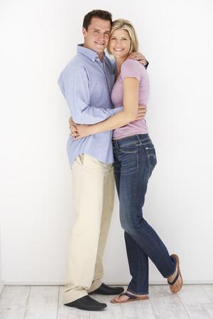 pareja abrazada: Retrato del estudio de los pares románticos que abrazan contra el fondo blanco Foto de archivo