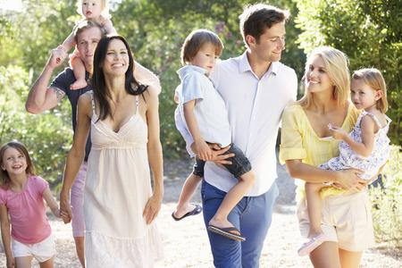 aile: Ülke Walk iki Aileler Birlikte Stok Fotoğraf