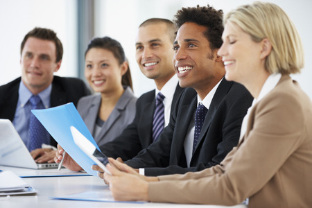 menschen: Gruppe Geschäftsleute, Hören Kollege Adressierung der Büro-Sitzung
