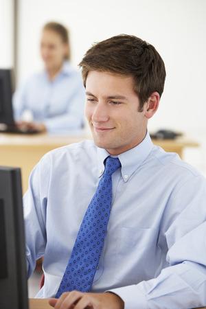 empleado de oficina: Empresario Trabaja En El Escritorio En Oficina Ocupado Foto de archivo