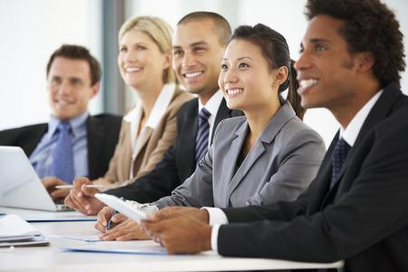 empleado de oficina: Grupo de hombres de negocios que escucha el colega Abordar Reunión Oficina