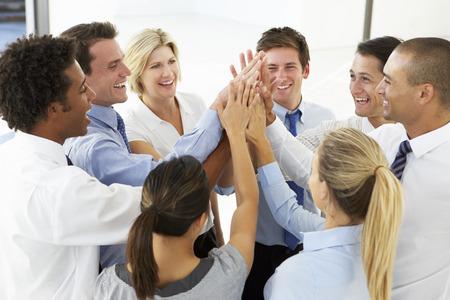 cerrando negocio: Primer plano de hombres de negocios Uniendo Manos en Team Building Ejercicio Foto de archivo