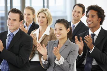 aplaudiendo: Grupo de hombres de negocios Aplaudir ponente en el final de una presentaci�n