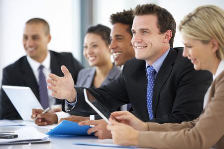 사무실 동료를 상대하는 동료를 경청하는 사업 사람들의 그룹