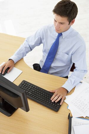 persona sentada: Vista desde arriba del hombre en la Mesa de Trabajo Foto de archivo
