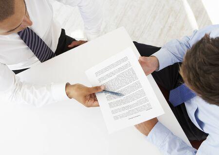 empleado de oficina: Vista desde arriba de dos empresarios Al informaciones de trabajo conjunto