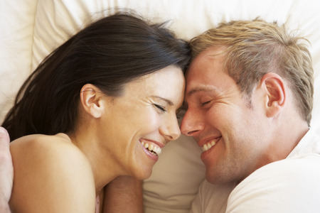 femme romantique: Couple de d�tente au lit Banque d'images