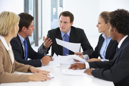사업 사람들의 그룹 사무실에서 회의를 가졌 스톡 콘텐츠
