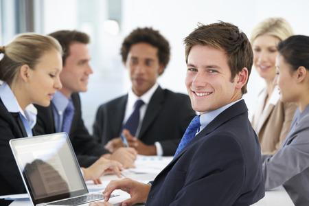 ejecutivo en oficina: Retrato De Hombre Ejecutivo Con Office reunión de fondo Foto de archivo