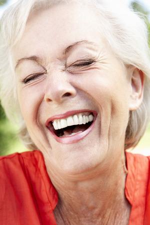 riendo: Cabeza y hombros Retrato de risa de la mujer mayor