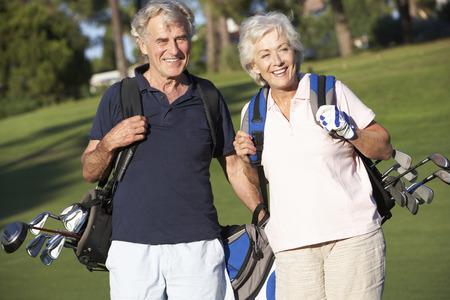 ゴルフを楽しんでいるシニア カップル