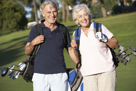 tercera edad: Pares mayores que disfrutan juego del golf