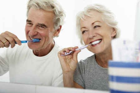 ancianos felices: Senior pareja en el baño Cepillar los dientes