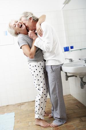 pareja bailando: Senior pareja romántica en cuarto de baño Foto de archivo