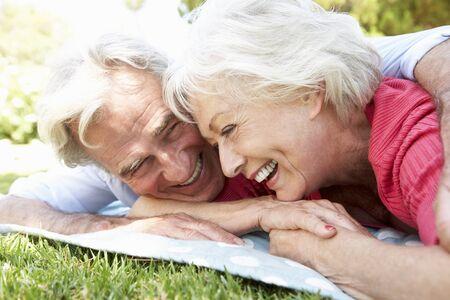 personen: Senior koppel ontspannen in park samen