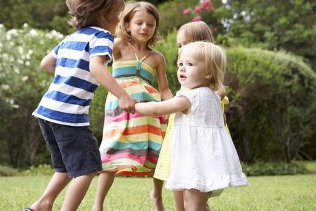 一緒に外で遊んでいる子供たちのグループ