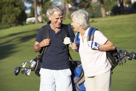 seniors: Pares mayores que disfrutan juego del golf