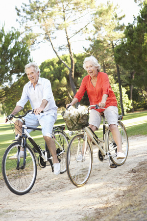 自転車に乗るを楽しんでいるシニア カップル