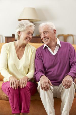 ancianos felices: Feliz Buscando Pareja mayor Sentado en el sofá en el país