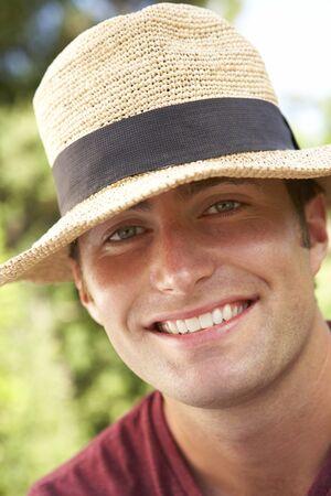hombre con sombrero: Cabeza y hombros Retrato Del Hombre Sonriente Con Sombrero de sol Foto de archivo